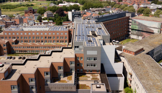 Le CHwapi installe 700 panneaux photovoltaïques sur ses toits.